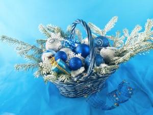 Postal: Cesta con adornos para Navidad