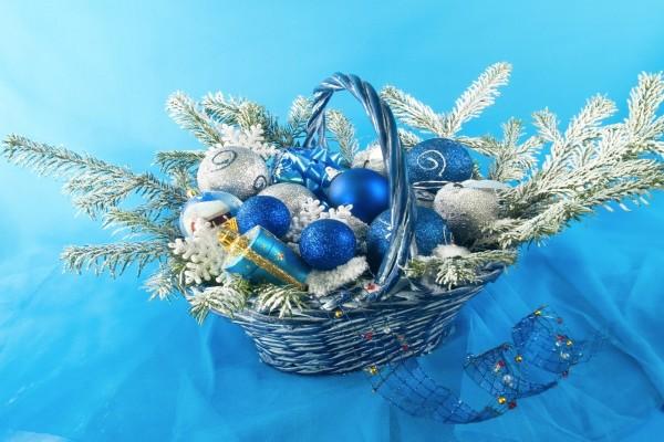 Cesta con adornos para Navidad