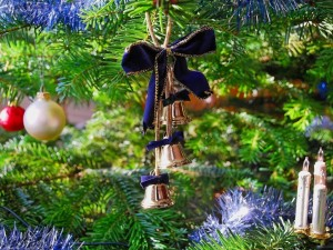 Adornos colgados del árbol de Navidad