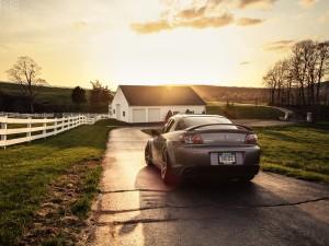 Mazda aparcado en la casa