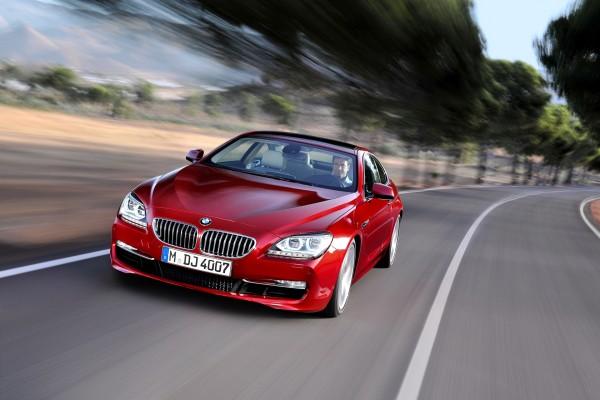 BMW rojo en la carretera