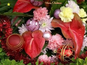 Postal: Arreglo navideño con flores y bolas