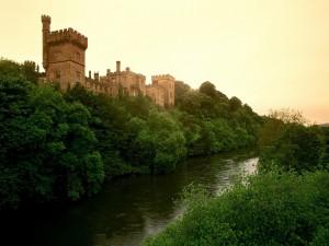 Postal: Castillo en la rivera del río