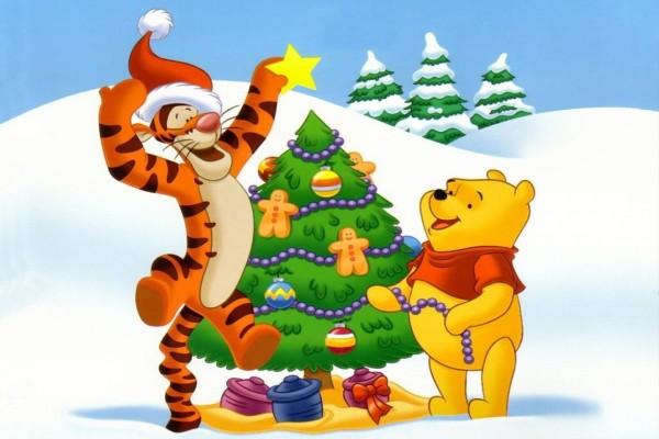 Tiger y Winnie-The-Pooh armando el árbol de Navidad