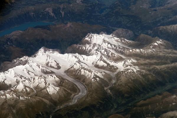 Sobrevolando unas montañas nevadas