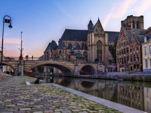 Postal: Puente de piedra en un bello lugar