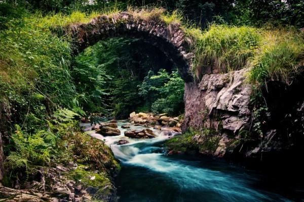Río bajo un pequeño puente