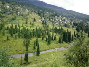 Postal: Casas en la ladera de la montaña