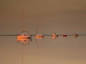 Barcos en un lago cristalino