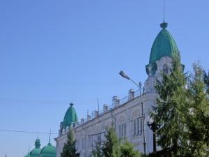 Edificio con cúpulas de color verde