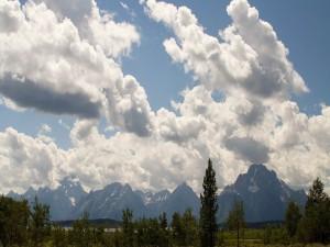 Postal: Grandes nubes sobre las montañas