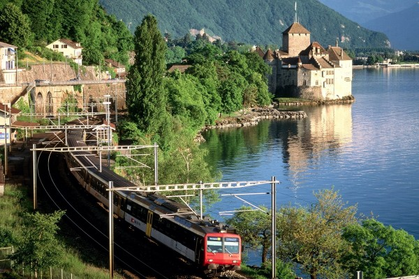 El tren sale de la ciudad