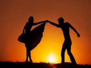Siluetas bailando en el ocaso