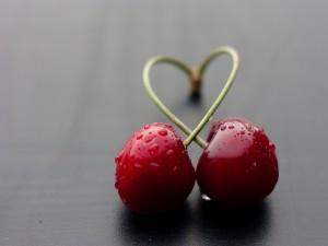 Cerezas formando un corazón