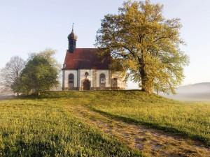 Postal: Árboles junto a un pequeño edificio religioso