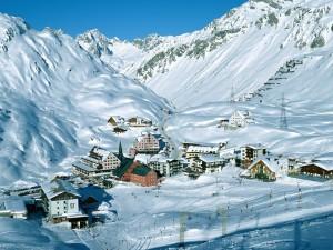Estación de esquí repleta de nieve