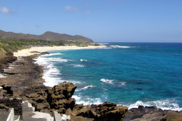 El mar y una playa con turistas