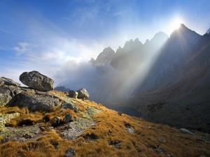 Postal: El sol en lo alto de la montaña