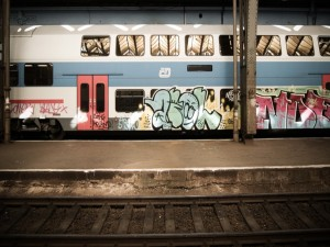 Vagón de tren pintado con graffiti