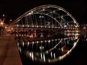 Postal: Puente en forma de arco iluminado