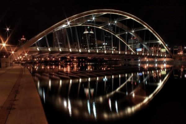 Puente en forma de arco iluminado