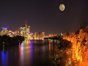 La luna llena en el cielo de una ciudad