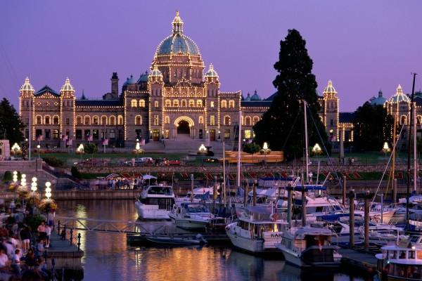 Edificio adornado con luces cerca del puerto