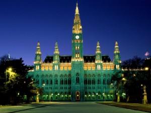 Edificio del Ayuntamiento de Viena (Rathaus) iluminado
