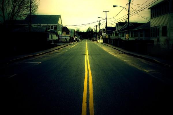 Carretera atravesando un pueblo