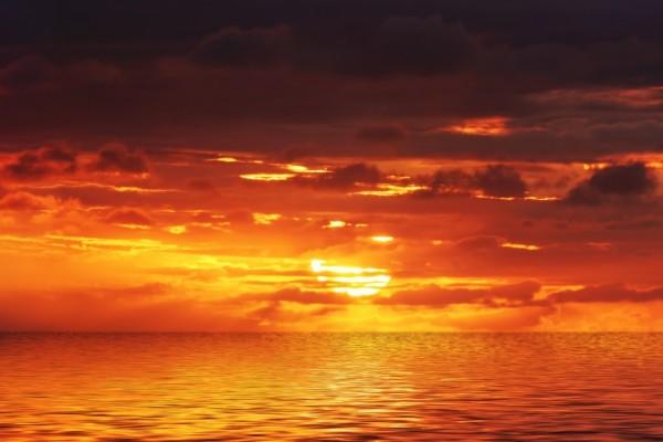 Cielo y mar naranjas por el sol