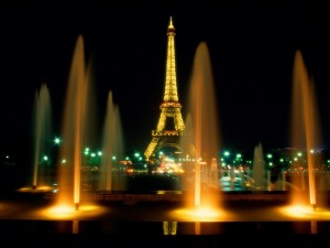 Fuentes de agua iluminadas en París