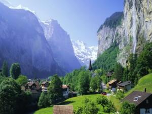 Postal: Pueblo entre las montañas