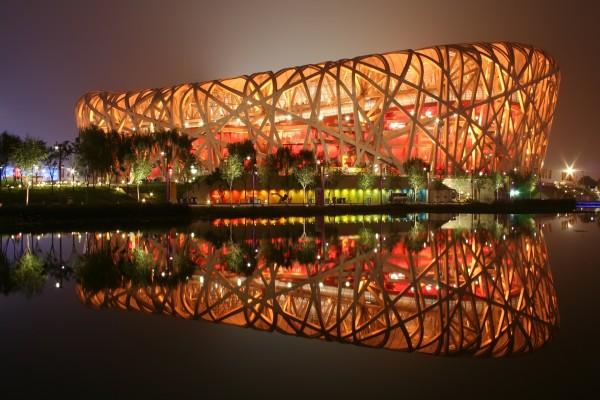 Estadio Nacional de Pekín iluminado por la noche