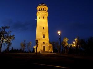 Torre solitaria en la noche