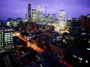 Postal: Luces de coches en la carretera de una ciudad