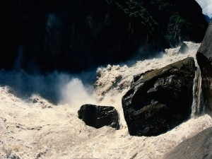 La fuerza del agua contra las rocas