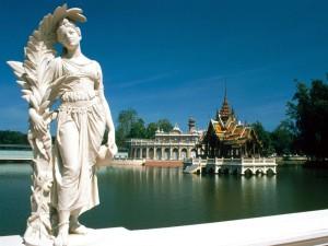 Bonita estatua al borde del lago