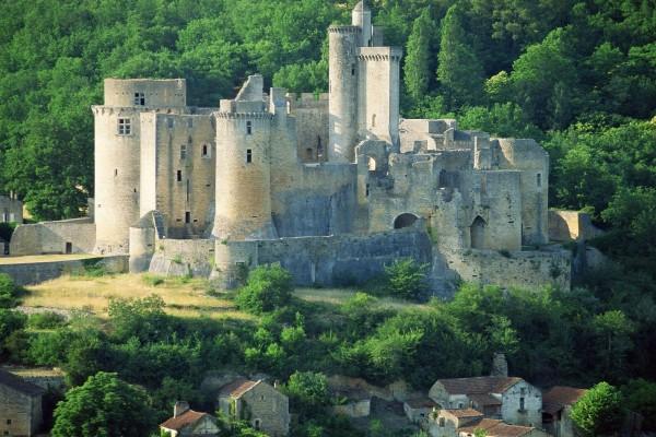 Casas de piedra cerca del castillo
