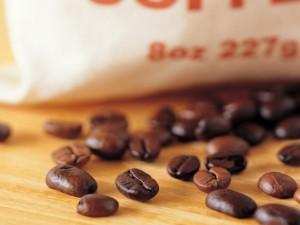 Postal: Granos de café sobre la mesa