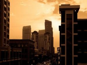 Edificios y coches en la ciudad