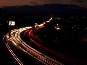 Carretera oscura con mucho tráfico