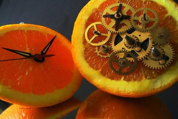 Naranja convertida en reloj
