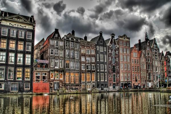 Casas en un canal de Amsterdam