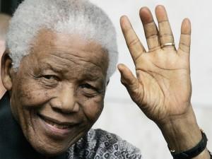 Mandela saludando