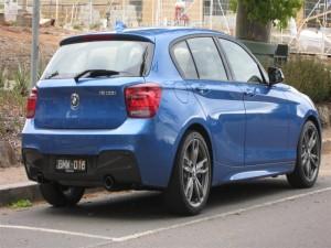 Coche BMW azul aparcado en la calle