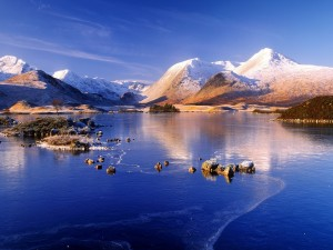 Montañas, lago y nieve