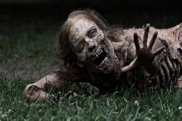 Mujer zombie en el suelo