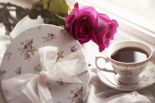 Taza de té y unas rosas