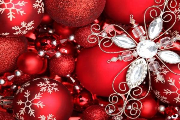 Bolas y luces para adornar en Navidad y Año Nuevo