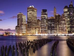 Postal: Rascacielos iluminados en la ciudad